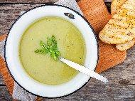 Рецепта Крем супа (пасирана супа) от броколи, картофи и аспержи с целина, моркови, лук и домашни крутони